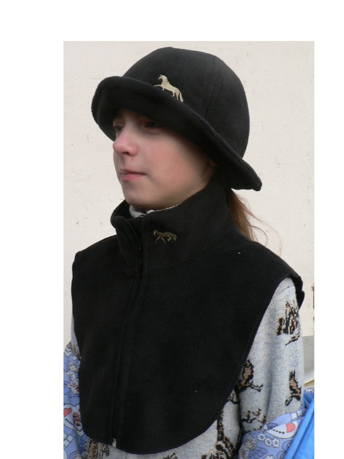 Манишка, заменяющяя шарф и шапочка из полиартека